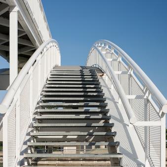 Weiße treppe über blauem himmel