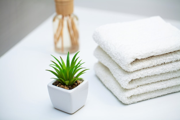 Weiße tücher auf weißer tabelle am badezimmer