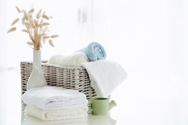 Weiße tücher auf weißer tabelle mit kopienraum auf hellem raumhintergrund
