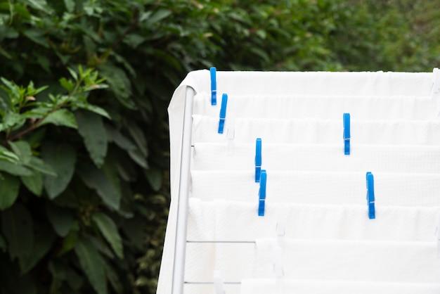 Weiße tücher, die auf wäscheständer trocknen