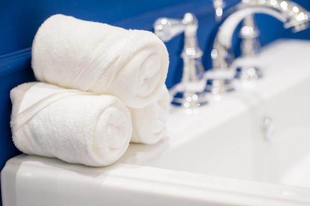 Weiße tücher mit flüssigseife auf tabelle im badezimmer