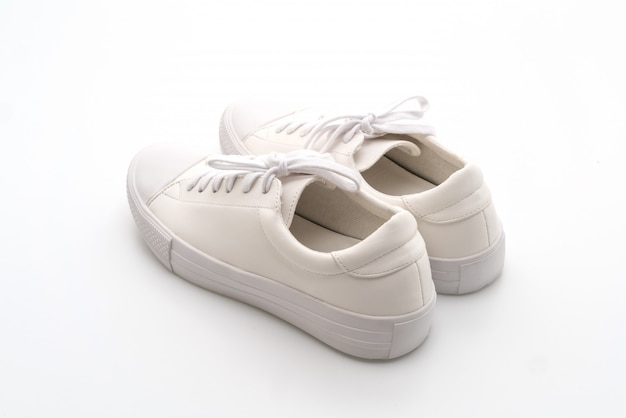 Weiße turnschuhe auf weiß