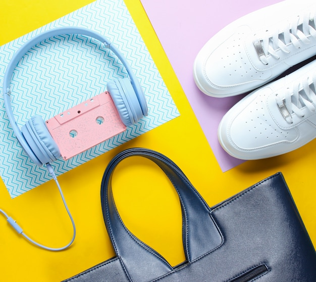 Weiße turnschuhe, kopfhörer mit audiokassette, ledertasche für frauen