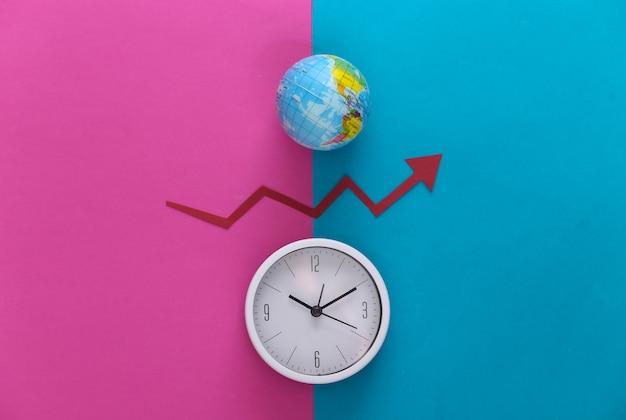 Weiße uhr und globus, roter wachstumspfeil auf rosa blau