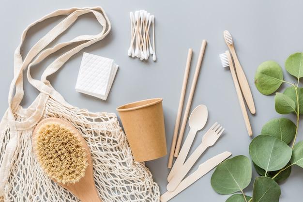 Weiße umweltfreundliche produkte auf grauem papier