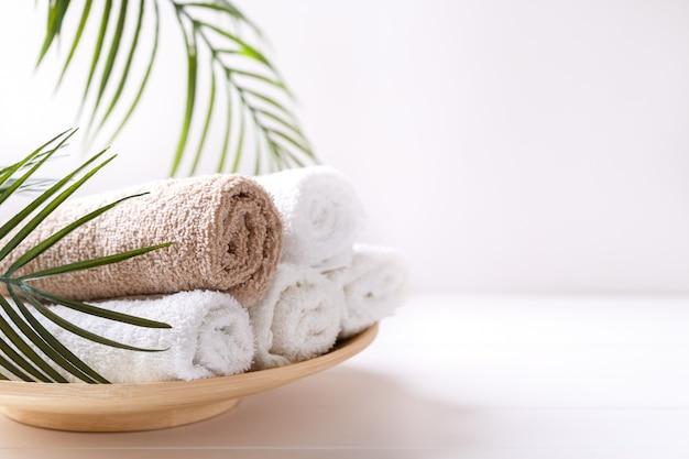 Weiße und beige handtücher
