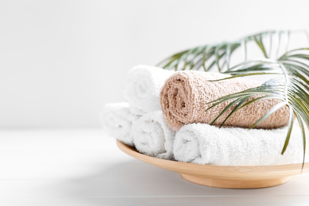 Weiße und beige weiche gerollte baumwollhandtücher