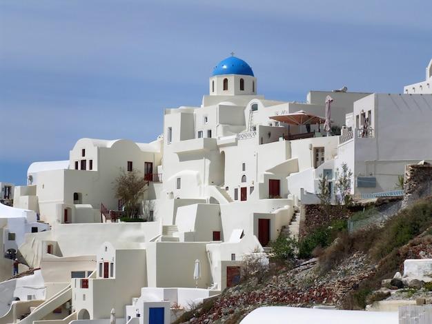 Weiße und blaue farbige einzigartige architektur in oia-dorf auf santorini-insel von griechenland
