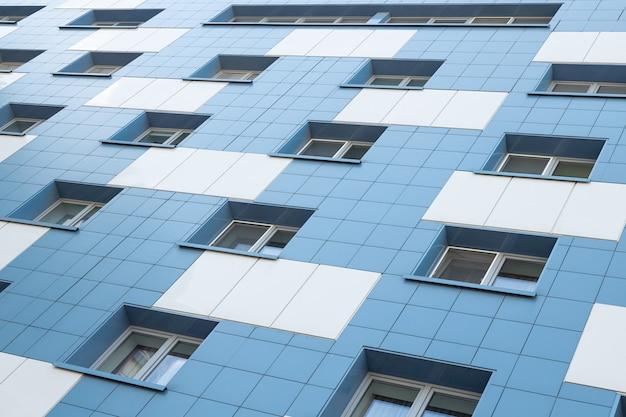 Weiße und blaue wohnhausfassade