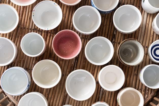 Weiße und bunte leere keramische schale