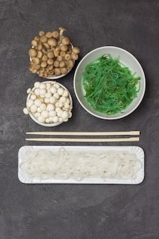 Weiße und gebratene shimeji-pilze reisnudeln in teller