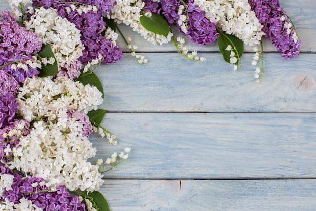 Weiße und lila flieder und maiglöckchen