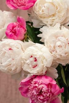 Weiße und rosa pfingstrosenknospen abstrakter mit blumenhintergrund