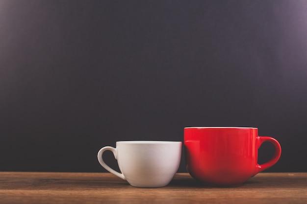 Weiße und rote tasse