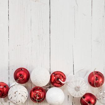 Weiße und rote weihnachtskugeln mit platz für text