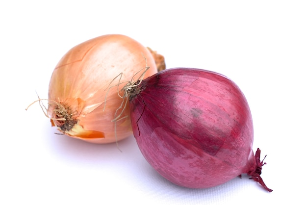 Weiße und rote zwiebel auf weißem hintergrund.