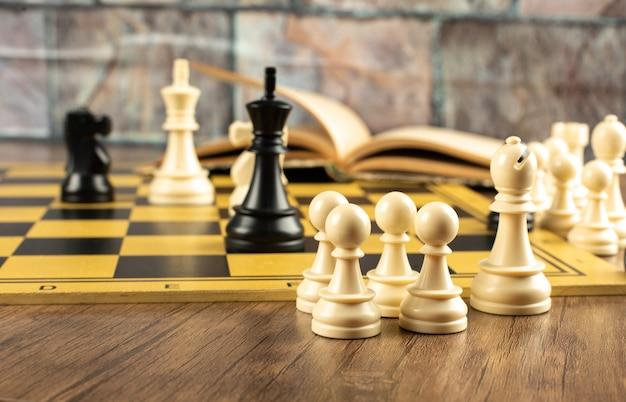 Weiße und schwarze figuren positionieren sich auf einem schachbrett