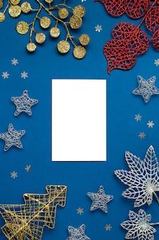 Weiße und silberne dekorationen flach auf klassischem blauem hintergrund mit kopierraum. weihnachtshintergrund in der farbe klassisch blau mit weißen und silbernen ornamenten, weihnachtshintergrund mit wunschliste
