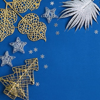 Weiße und silberne dekorationen flach auf klassischem blauem hintergrund mit kopierraum