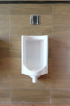 Weiße urinale im badezimmer der männer der innendekoration.