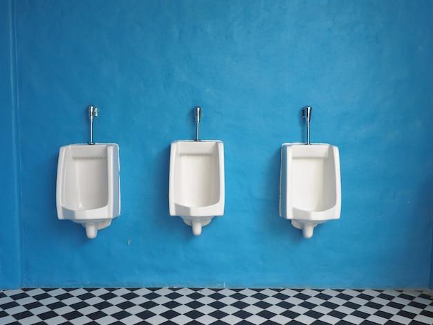 Weiße urinale im badezimmer der männer