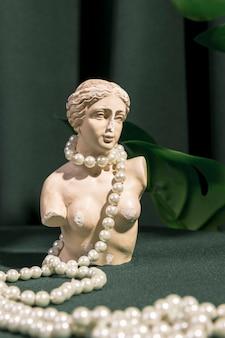 Weiße venusbüste mit perlen