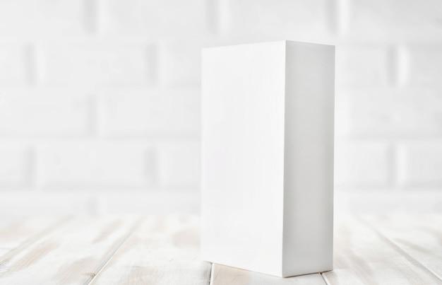 Weiße verpackungsbox von einem smartphone oder einem anderen gerät auf dem tisch