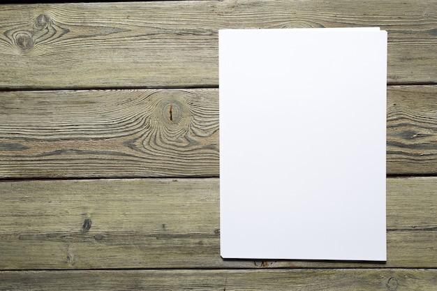 Weiße visitenkarte auf holztisch. leeres porträt