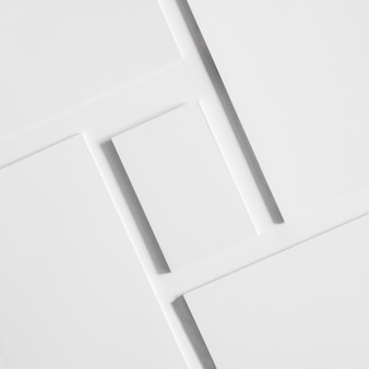 Weiße visitenkarten und broschüren