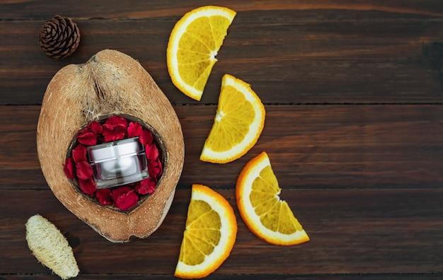 Weiße vitamin c-flasche und öl aus orangenfruchtextrakt, modell der beauty-marke in flachlage