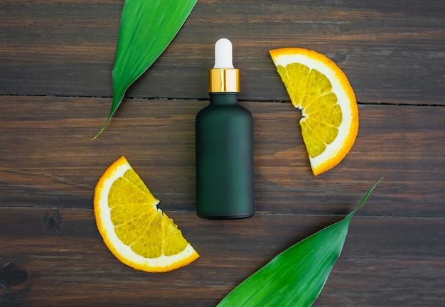 Weiße vitamin c flasche und öl aus orangenfruchtextrakt, modell der beauty-produktmarke.