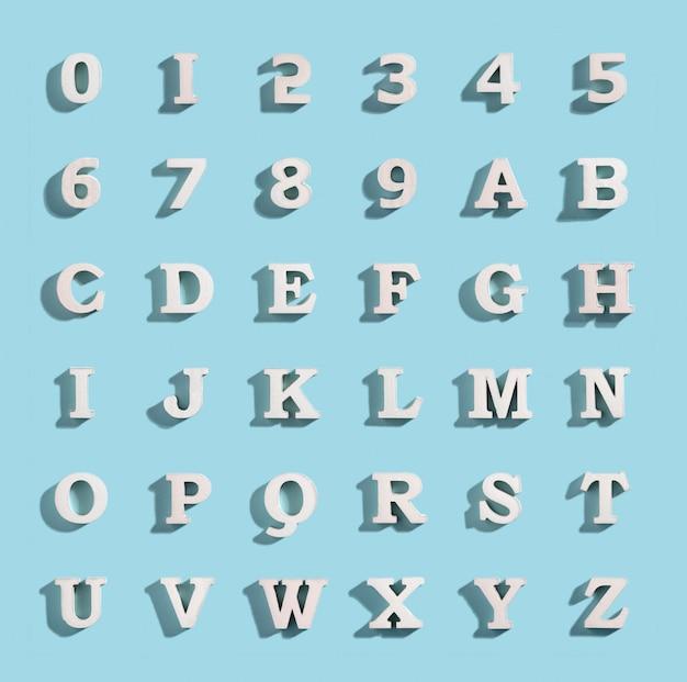 Weiße volumenbuchstaben und -zahlen mit einem schatten auf einem blauen hintergrund