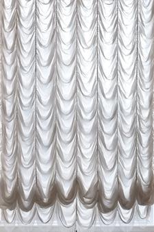 Weiße vorhänge drapierten theater. vorhänge hintergrund.