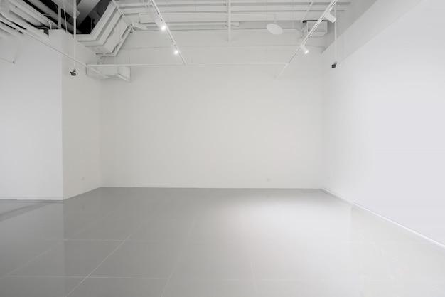 Weiße wände und graue zementböden im innenraum