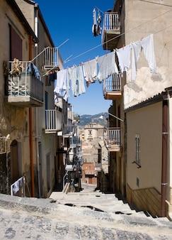 Weiße wäsche zum trocknen aufgehängt, leonforte