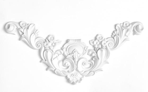 Weiße wand verziert mit dekorativen elementen des stucks