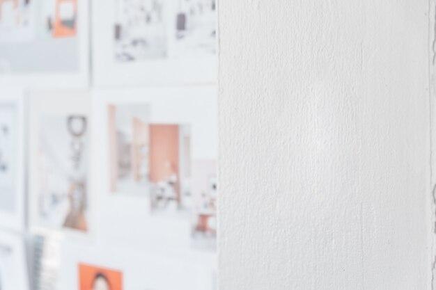 Weiße wandfarbe mit unschärfedesignbildern auf der linken seite. architekt und designer hintergrund mit textfreiraum auf der rechten seite.