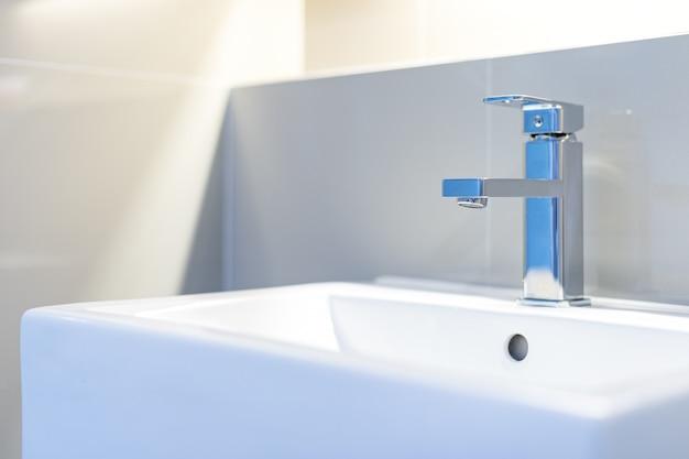 Weiße waschbecken und wasserhähne