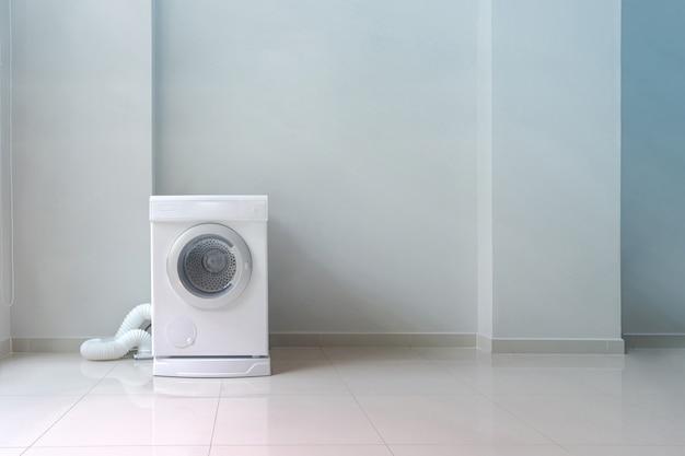 Weiße waschmaschine in der waschküche