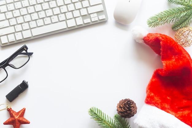Weiße weihnachten, schreibtischbüro mit draufsicht mit kopierraum für die eingabe des textes.