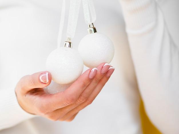 Weiße weihnachtsbälle der nahaufnahme