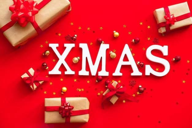 Weiße weihnachtsbuchstaben der weihnachtskarte auf festlichem hintergrund.