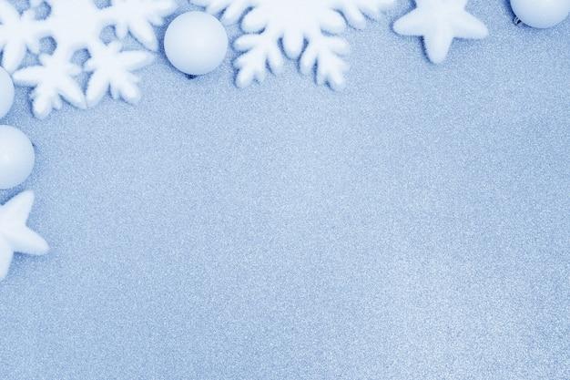 Weiße weihnachtsdekoration auf blau