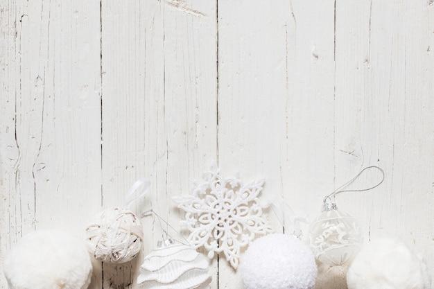 Weiße weihnachtsdekorationen mit leerem raum