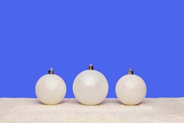 Weiße weihnachtskugeln auf blau