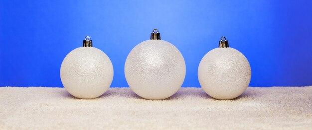 Weiße weihnachtskugeln. weihnachtsdekorationen