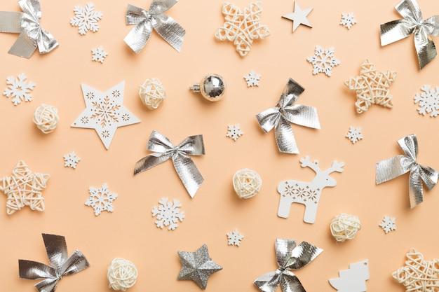 Weiße weihnachtsschneeflocken der zusammensetzung des neuen jahres. weihnachtsdekorhintergrund mit tannenzapfen. draufsicht mit kopienraum