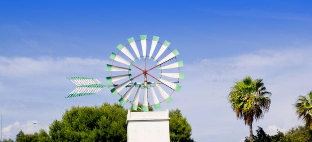 Weiße windmühle von mallorca in palma de mallorca