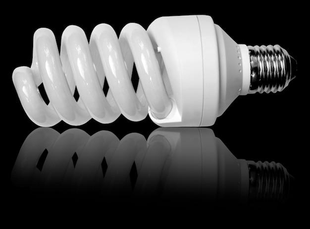 Weiße wirtschaftliche glühbirne isoliert