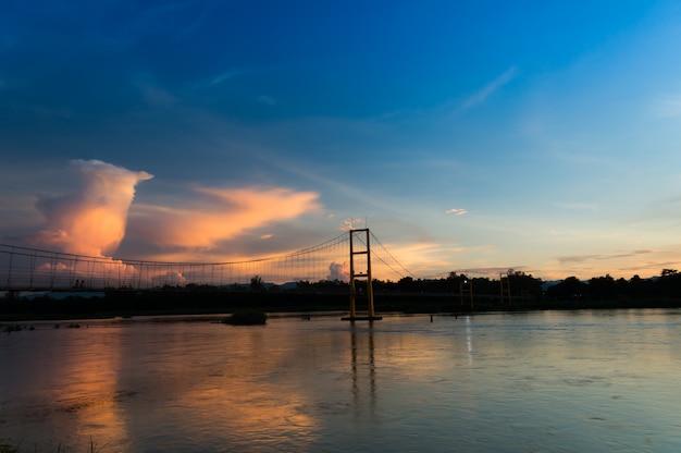 Weiße wolke auf blauem himmel und suspendierung vor dem sonnenuntergang